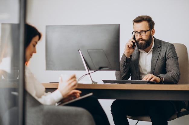 Twee zakenpartners werken samen in kantoor