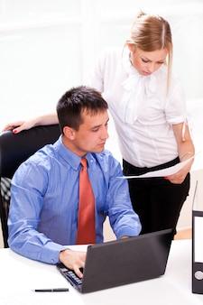 Twee zakenpartners werken samen