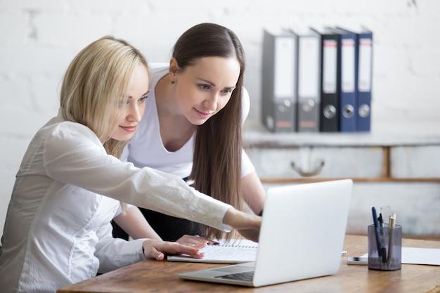Twee zakenvrouwen samenwerken