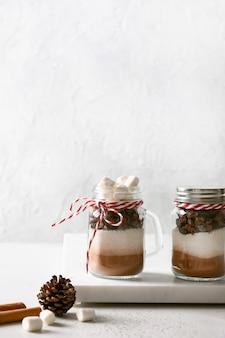 Twee zelfgemaakte eetbare kerstcadeau