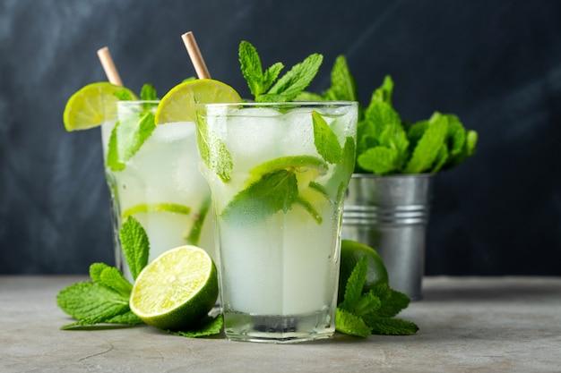 Twee zelfgemaakte limonade met limoen