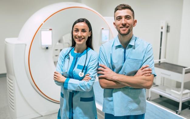Twee zelfverzekerde jonge dokters in de oncologie