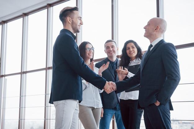 Twee zelfverzekerde zakenman handen schudden tijdens een vergadering op kantoor, succes, handelen, begroeting en partner