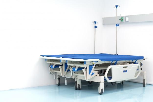Twee ziekenhuisbedden op de hoek van de kamer. ziekenhuis en eerste hulp concept