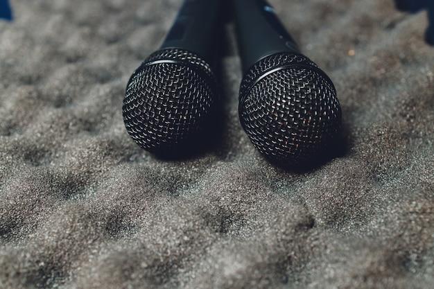 Twee zilveren microfoons geïsoleerd op witte achtergrond