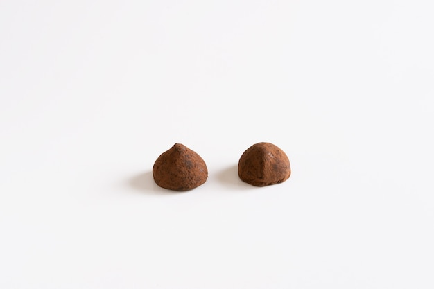 Twee zoete chocoladetruffels met chocoladepoeder