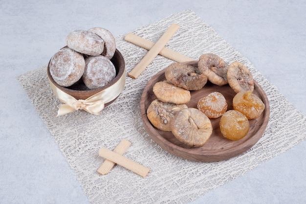 Twee zoete gebakjes op een houten bord. hoge kwaliteit foto
