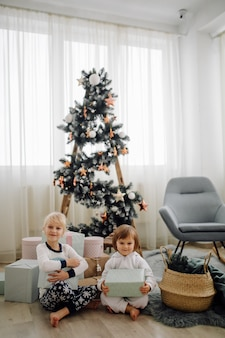 Twee zus poseren voor foto tijdens familiefotografie