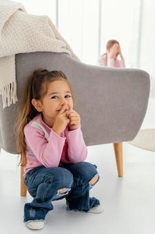 Twee zusjes die thuis samen verstoppertje spelen