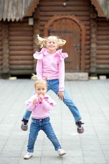 Twee zusjes van 6 en 12 jaar, in dezelfde kleren