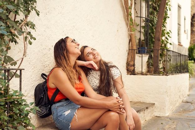 Twee zussen die in de zomer bezienswaardigheden bezoeken. voel je gelukkig en blij om samen te zijn.