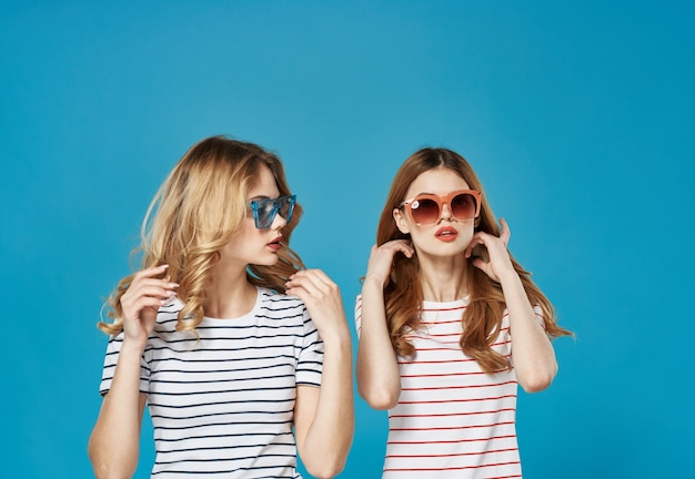 Twee zussen dragen kleurrijke bril mode communicatie levensstijl bijgesneden weergave
