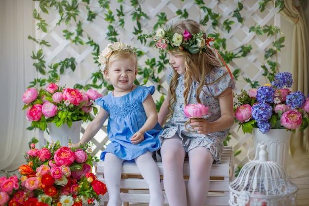 Twee zussen glimlachen, lente fotoshoot.