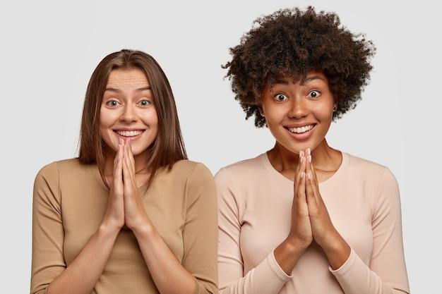 Twee zussen hebben een brede glimlach