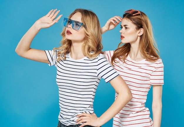 Twee zussen knuffelen vriendschap mode communicatie bijgesneden weergave.