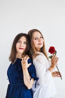 Twee zussen, meisjeszussen omhelzen elkaar, familie