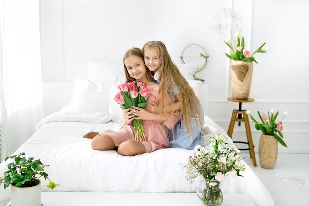 Twee zussen met een boeket bloemen op de kinderdag van de bedwereld