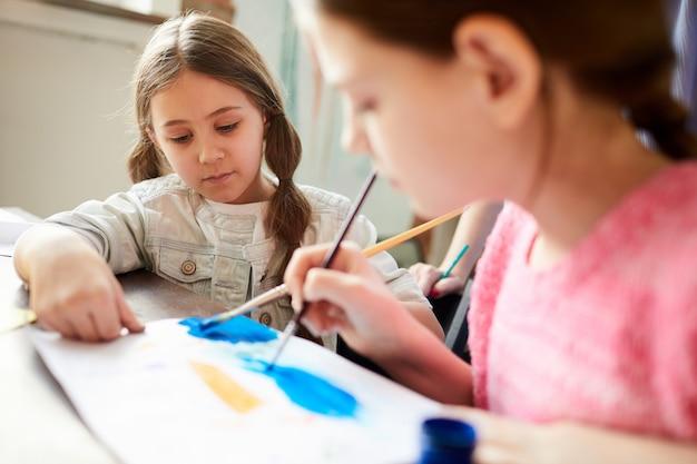 Twee zussen samen schilderen
