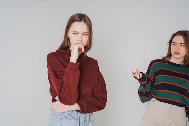 Twee zussen tweeling mooie meisjes hipsters in casual kleding