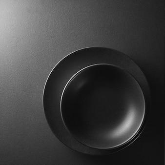 Twee zwarte platen in de hoek op een zwarte achtergrond