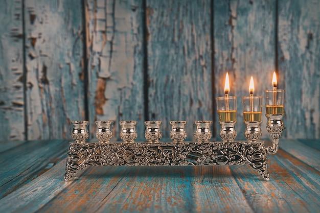 Tweede dag van hanukkah met brandende hanukkah-kaarsen hanukkiah traditionele kandelaar