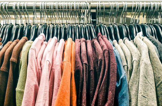 Tweedehands pullover kleding opknoping op winkel zuinigheid op rommelmarkt winkel