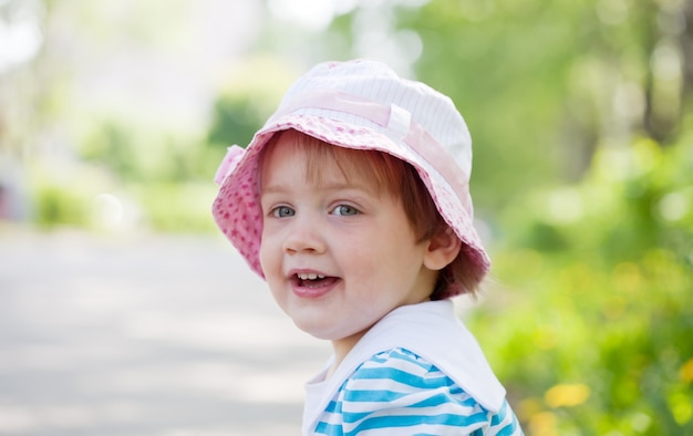 Tweejarig meisje in de zomer