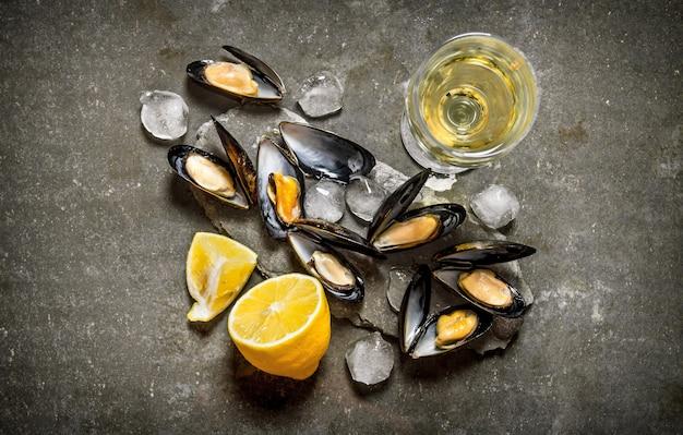 Tweekleppige schelpdieren met wijn en citroen. op de stenen tafel. bovenaanzicht