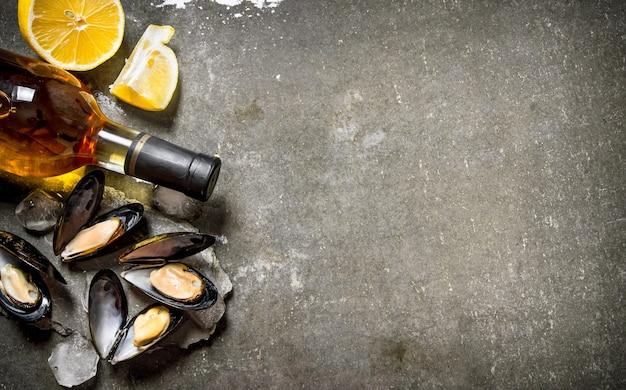 Tweekleppige schelpdieren met wijn en citroen. op de stenen tafel. vrije ruimte voor tekst. bovenaanzicht