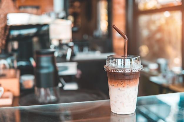 Tweekleurige ijskoffie in koffiewinkel.