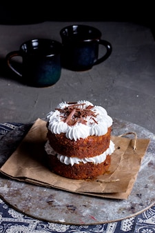 Tweelaags dessert met witte room gegarneerd met geraspte chocolade