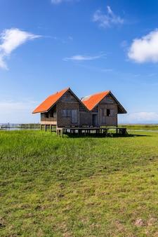 Tweeling oud huis op moerasland bij het meer van talay noi, provincie phatthalung