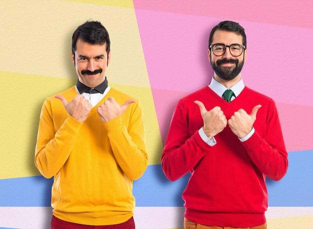 Tweelingbroers met duim omhoog