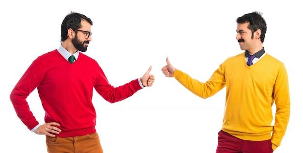 Tweelingbroers met duimen omhoog