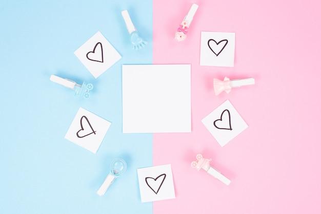 Tweelingen concept. close-up top boven hoge hoek weergave foto van mooie kinderachtige wasknijpers liggend op geïsoleerde twee gekleurde achtergrond met blanco vel papier