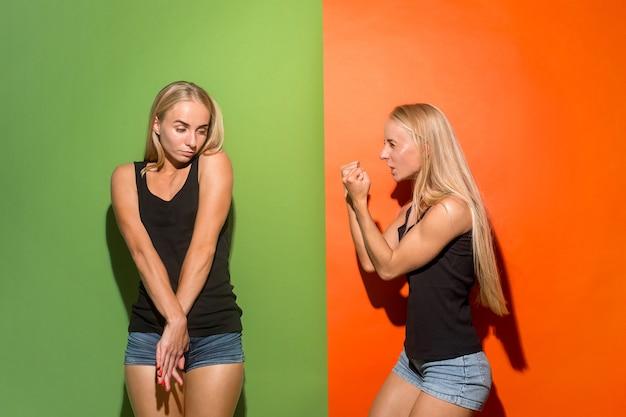 Tweelingenportret van een boze vrouw