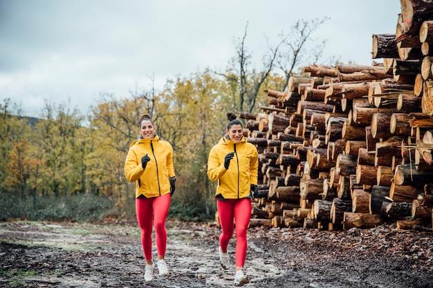 Tweelingzussen sporten in de bergen