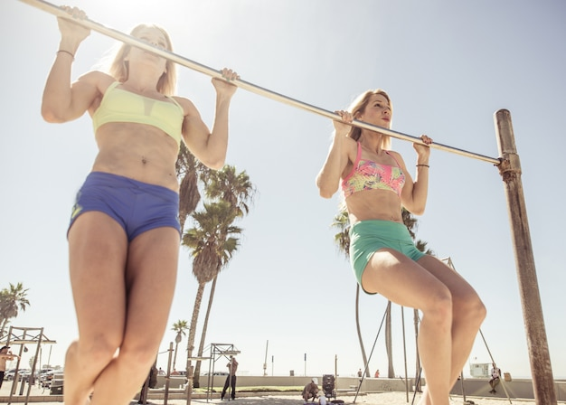 Tweelingzussen trainen in het strand van venetië