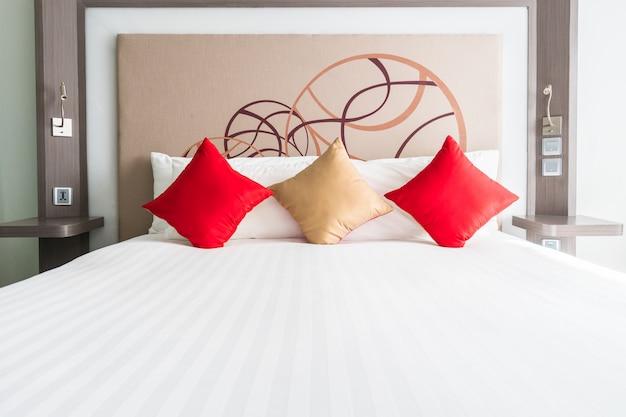 Tweepersoonsbed met een kussens