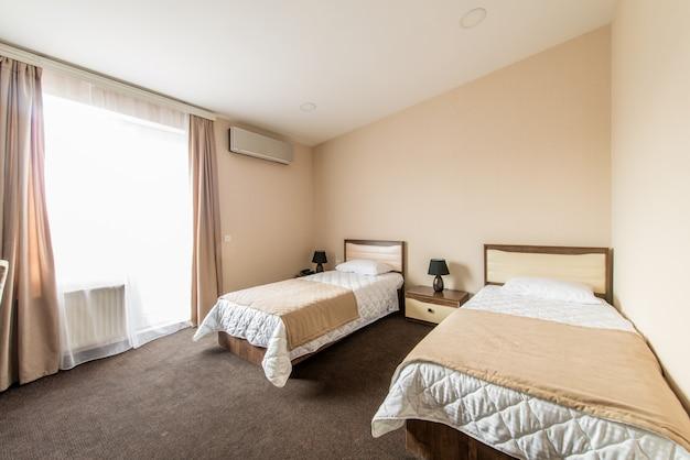 Tweepersoonskamer met 2 aparte bedden in modern hotel