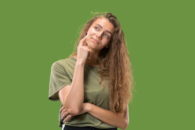 Twijfel concept. twijfelachtige, bedachtzame vrouw die zich iets herinnert. jonge emotionele vrouw.