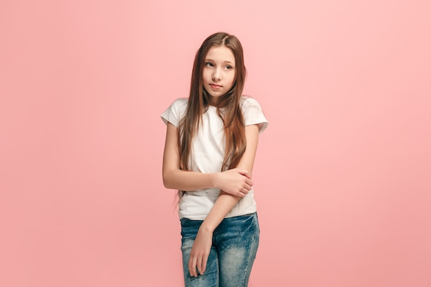 Twijfelachtig, nadenkend tienermeisje dat zich iets herinnert