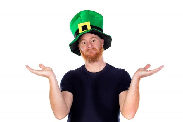 Twijfelachtig roodharige man met groene hoed