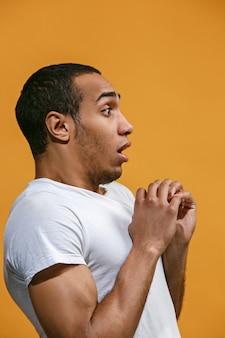 Twijfelachtige afro-amerikaanse man kijkt bang tegen oranje