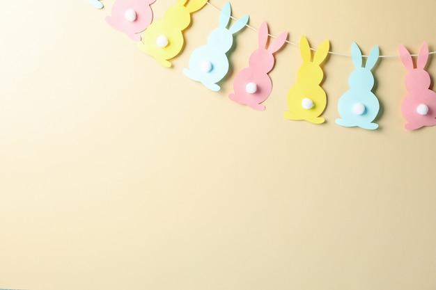 Twijn met kleurrijke konijntjes op beige oppervlak