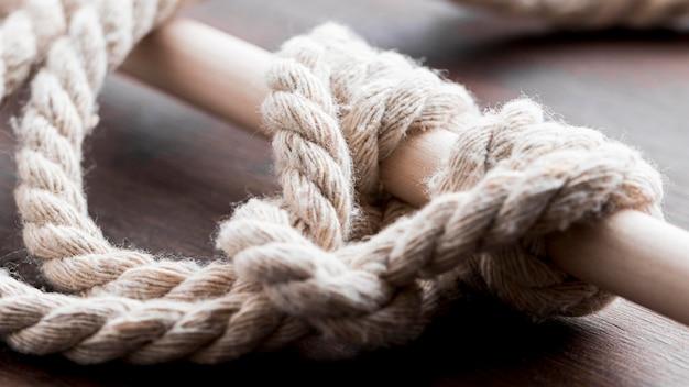 Twijn sterk wit touw rond een bar