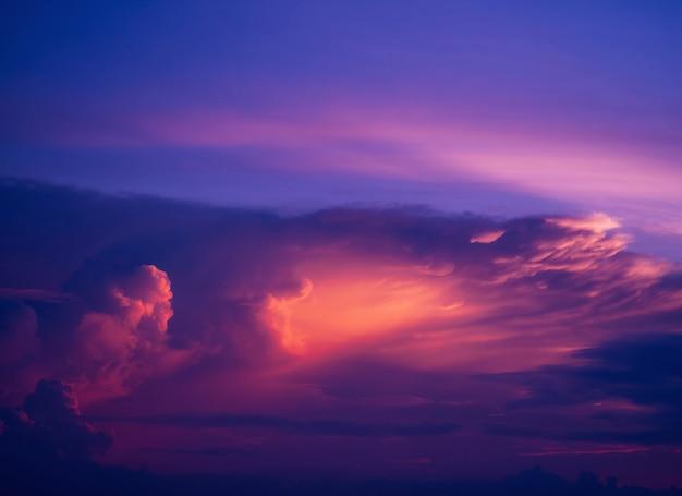 Twilight hemelachtergrond met kleurrijke hemel op schemering achtergrond