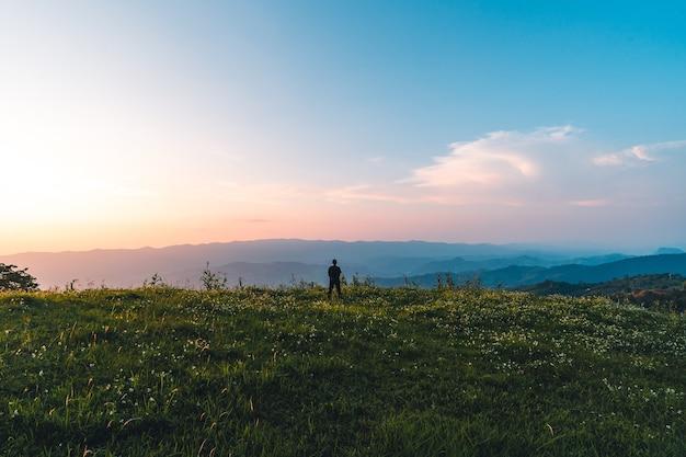 Twilight kleur berg het bergdal na de schemering licht zonsondergang blauw paars