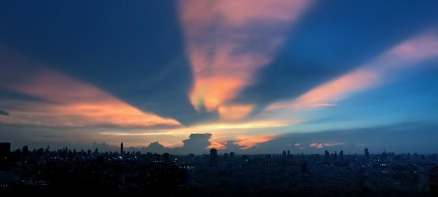 Twilight tijd in de nacht stad