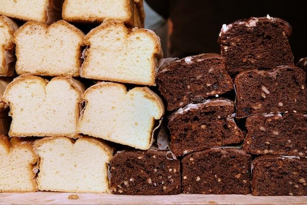 Twotypes van vers gebakken wit en zwart brood met likdoorns op een markt voor levensmiddelen.